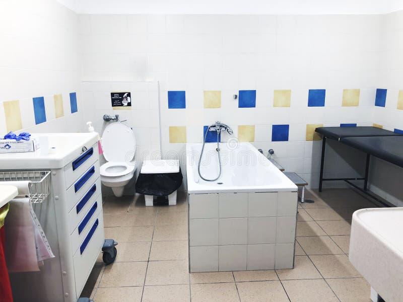 RISHON LE ZION, ISRAEL-MARCH 21, 2018: Łazienka pokój z białą wanną w szpitalu w Rishon Le Zion, Izrael obraz stock