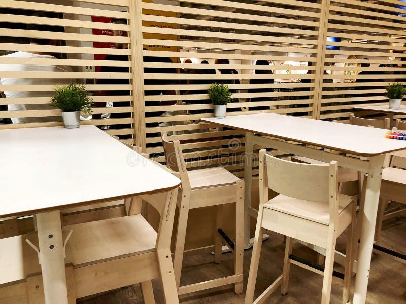 RISHON LE ZION, IZRAEL GRUDZIEŃ 16, 2017: kawiarnia z drewnianą ścianą i drewnianymi stołami z drewnianymi krzesłami obrazy stock
