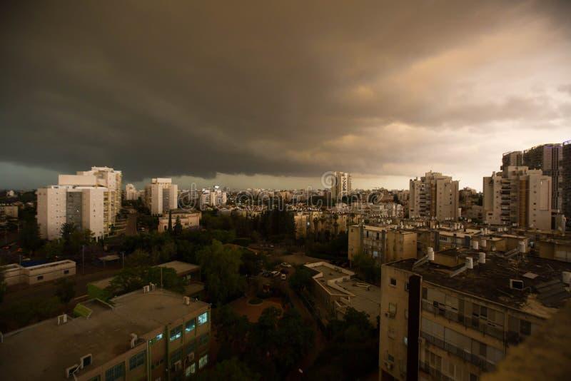 RISHON LE ZION IZRAEL, KWIECIEŃ, - 25, 2018: Zmrok chmurnieje asperatus przed burzą nad miastem fotografia royalty free