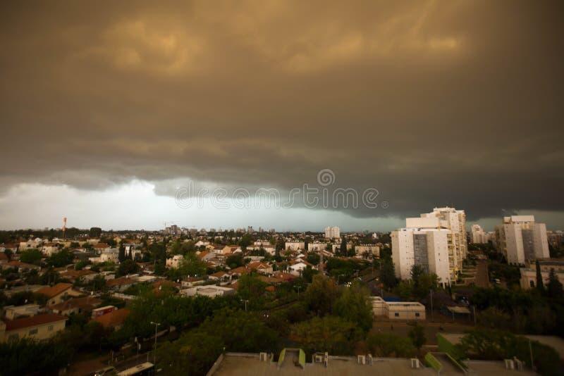 RISHON LE ZION IZRAEL, KWIECIEŃ, - 25, 2018: Zmrok chmurnieje asperatus przed burzą nad miastem fotografia stock