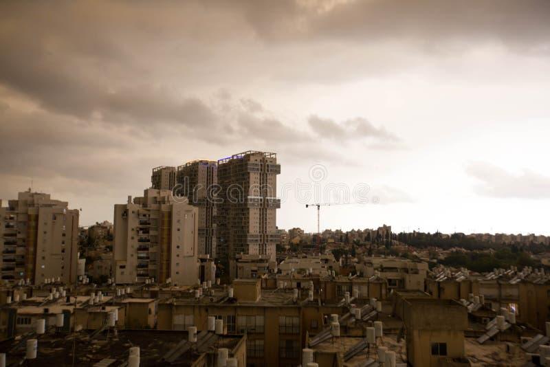 RISHON LE ZION IZRAEL, KWIECIEŃ, - 25, 2018: Zmrok chmurnieje asperatus przed burzą nad miastem obraz stock