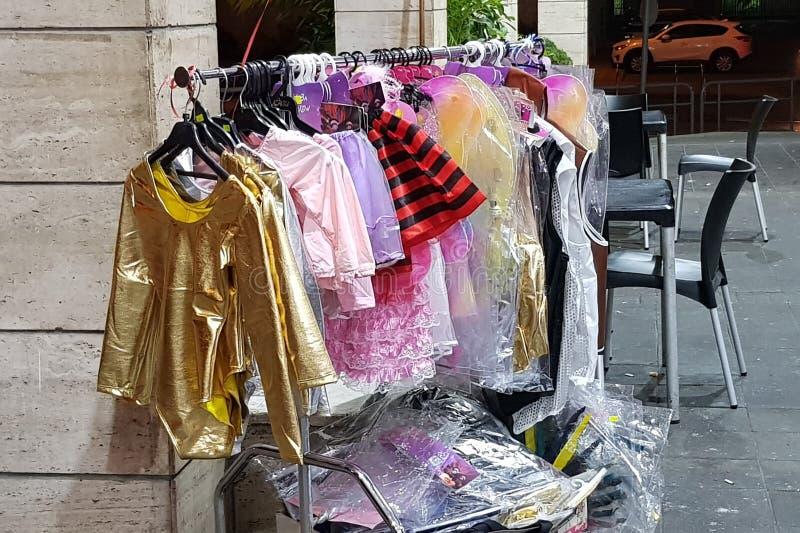 Rishon lezion,以色列-行军5 2019年:暴露待售孩子的滑稽的五颜六色的衣裳在商店在犹太purim前 库存照片