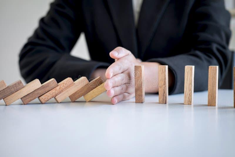 Risico en Strategie in Zaken, Beeld die van hand dalend de domino'seffect van het instortings houten blok van ononderbroken omver royalty-vrije stock afbeeldingen