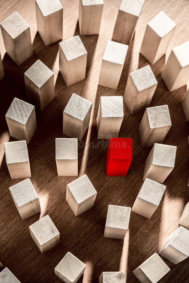 Risico en strategie in zaken, heel wat houten blokken met rood in het midden stock afbeeldingen