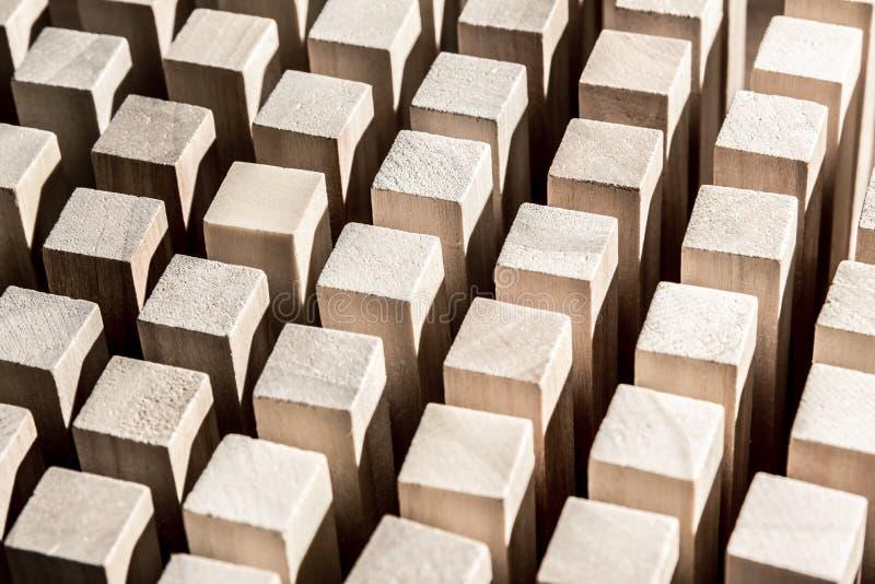 Risico en strategie in zaken, vele identieke houten blokken royalty-vrije stock fotografie