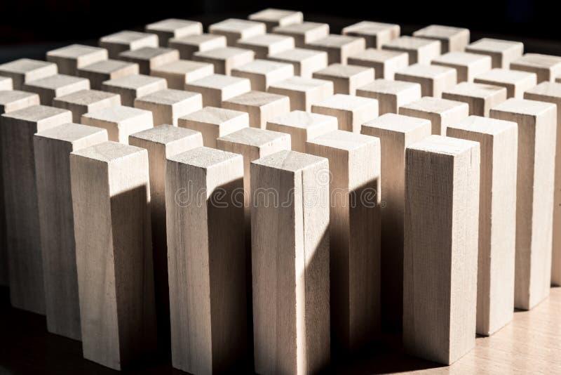 Risico en strategie in zaken, vele identieke houten blokken royalty-vrije stock afbeelding