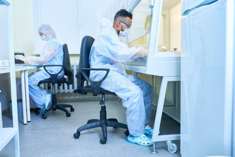 Riskabelt experiment i laboratorium fotografering för bildbyråer