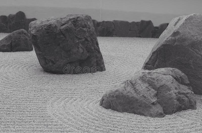 riskerade den trädgårds- makroen krattade sanden zen för stenar tre arkivbilder