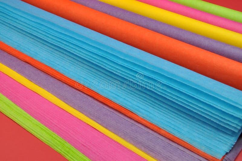 Risme colorate Rainbow luminoso (rotoli) della carta da imballaggio del tessuto per lo spostamento di regalo fotografia stock libera da diritti