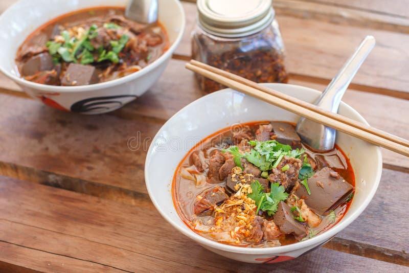 Risnudlar med den kryddiga grisköttsåsNam ngiaoen är en nudelsoppa eller en curry av kokkonsten av det Tai Yai folket fotografering för bildbyråer