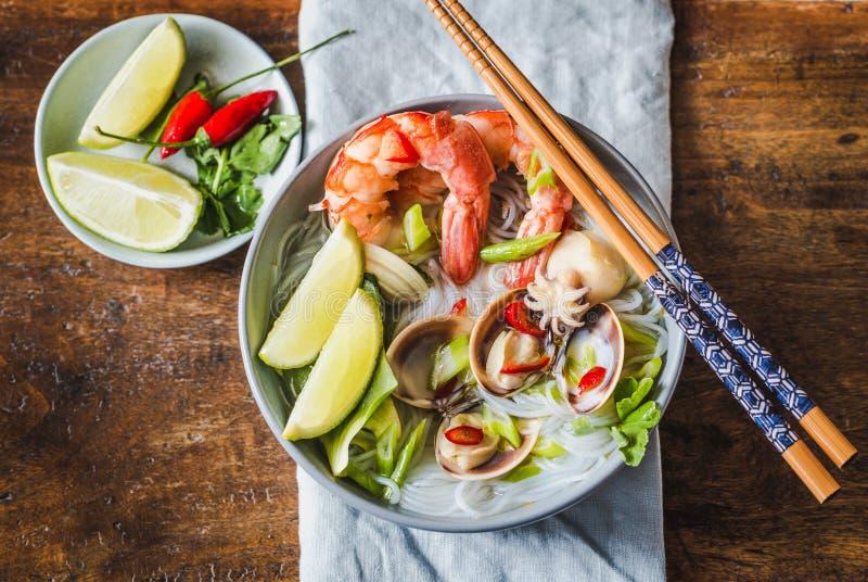 Risnudlar med räkor och skaldjur, kryddiga asiatiska stilnudlar royaltyfria foton