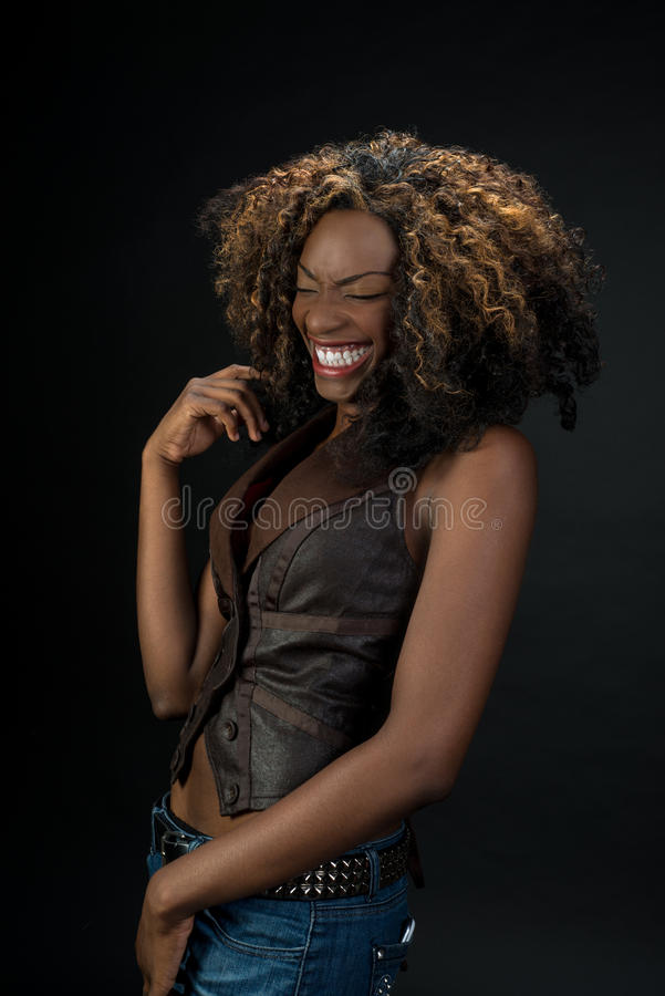Riso afro-americano bonito da mulher foto de stock