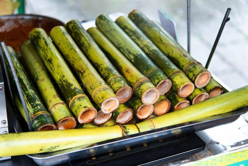 Riso appiccicoso cucinato in bambù sulla via dell'alimento immagini stock libere da diritti