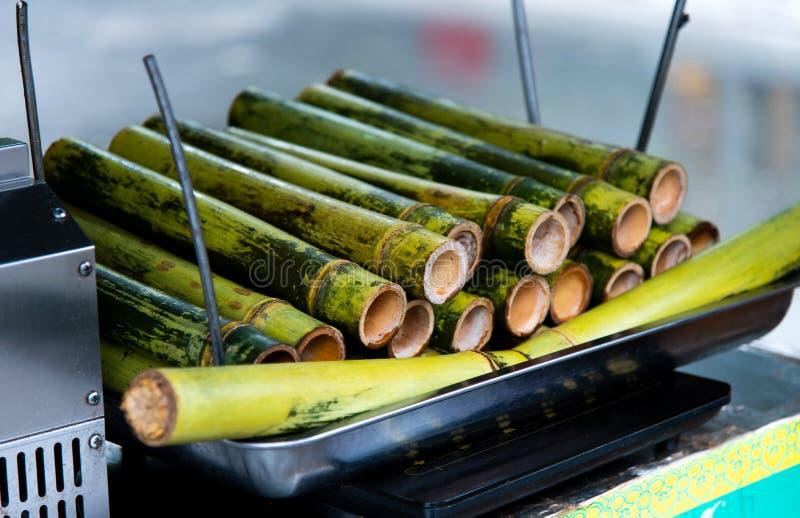 Riso appiccicoso cucinato in bambù sulla via dell'alimento fotografie stock libere da diritti