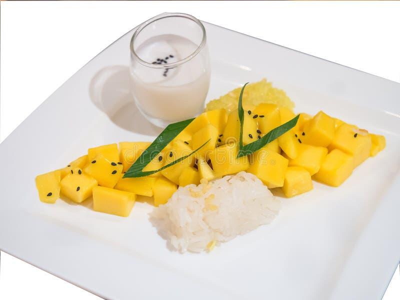 Riso appiccicoso isolato con il mango ed il latte di cocco fotografia stock libera da diritti