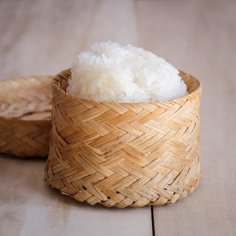 Riso appiccicoso, riso appiccicoso tailandese in una scatola di legno di bambù di vecchio stile fotografia stock