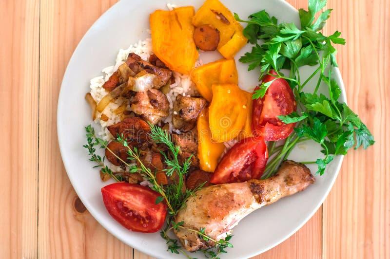 Riso arrostito di teriyaki del pollo ed agnello fritto su fondo di legno, fotografia stock