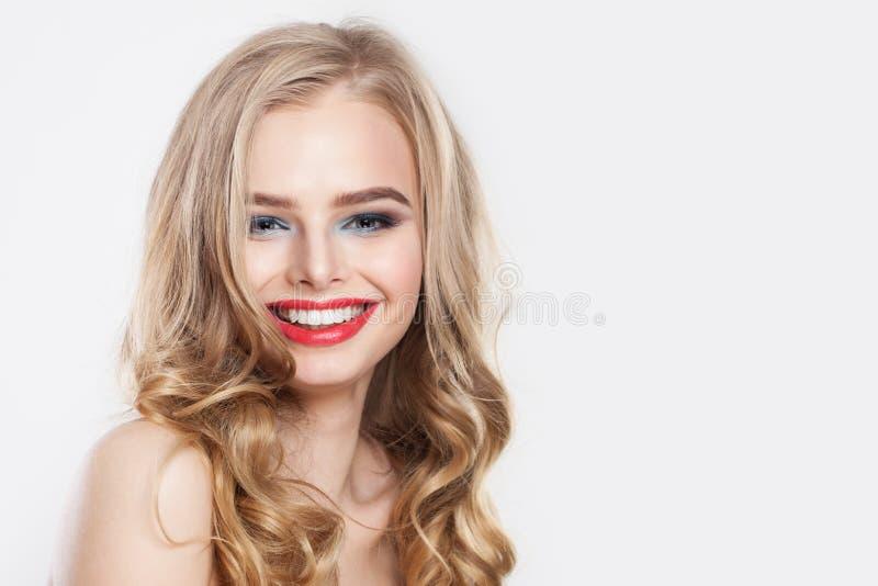 Riso bonito da mulher Menina de sorriso bonito com o retrato do cabelo louro imagens de stock
