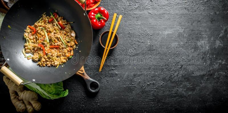 Riso cinese di recente cucinato del wok con le verdure ed il manzo immagini stock libere da diritti