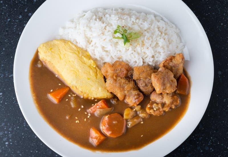 Riso con curry giapponese con l'omelette e pollo fritto fotografia stock