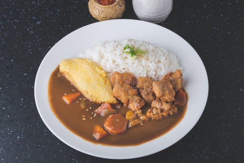 Riso con curry giapponese con l'omelette e pollo fritto immagine stock