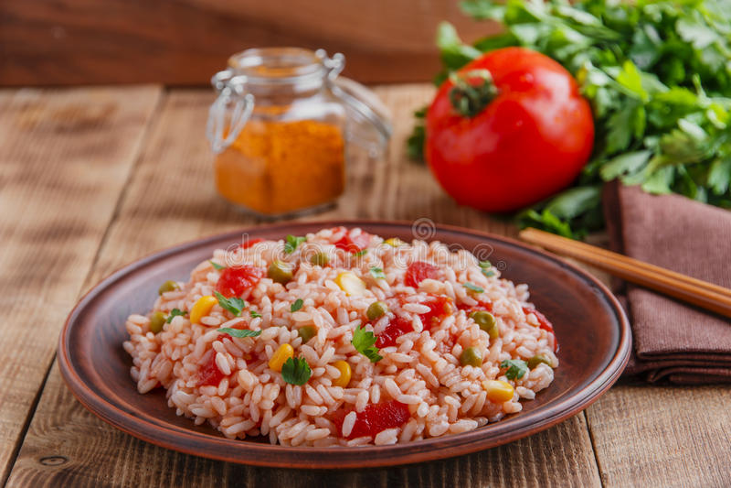 Download Riso Con Il Cereale Del Pomodoro Fotografia Stock - Immagine di rosso, verde: 56881678