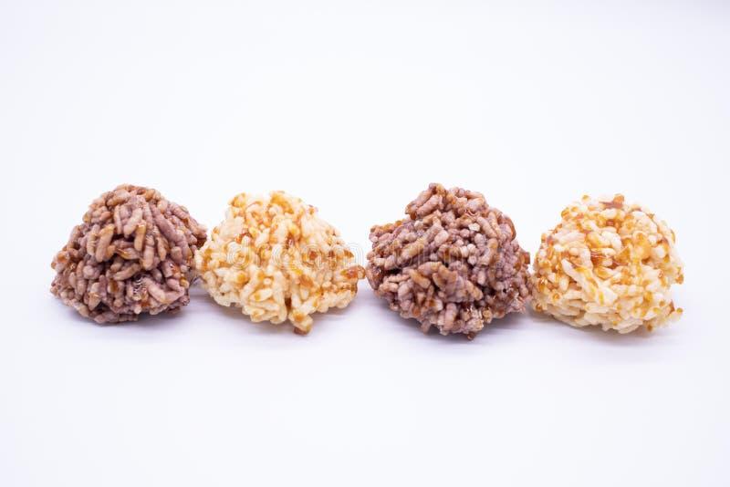 Riso croccante del dessert tailandese su fondo bianco immagine stock