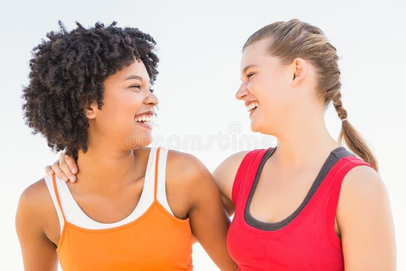 Riso de duas jovens mulheres imagens de stock