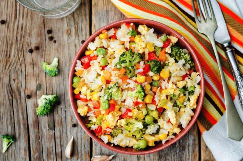 Riso del peperone dei piselli del cereale delle carote dei broccoli fotografia stock libera da diritti