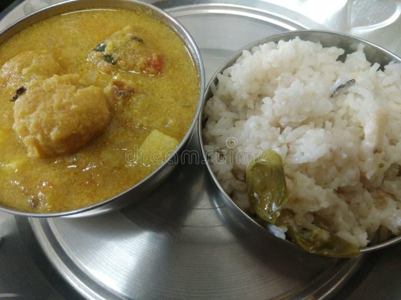 Riso della noce di cocco con il curry di pakoda fotografie stock