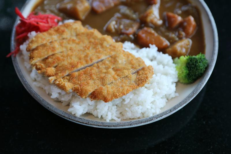 Riso di curry con l'alimento giapponese infornato della carne di maiale fotografia stock libera da diritti