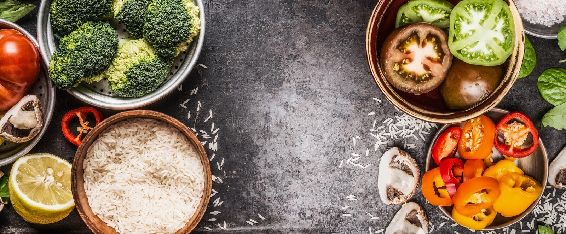 Riso e verdure che cucinano gli ingredienti in ciotole su fondo rustico scuro, insegna Nutrizione sana e vegetariana di dieta o d fotografie stock