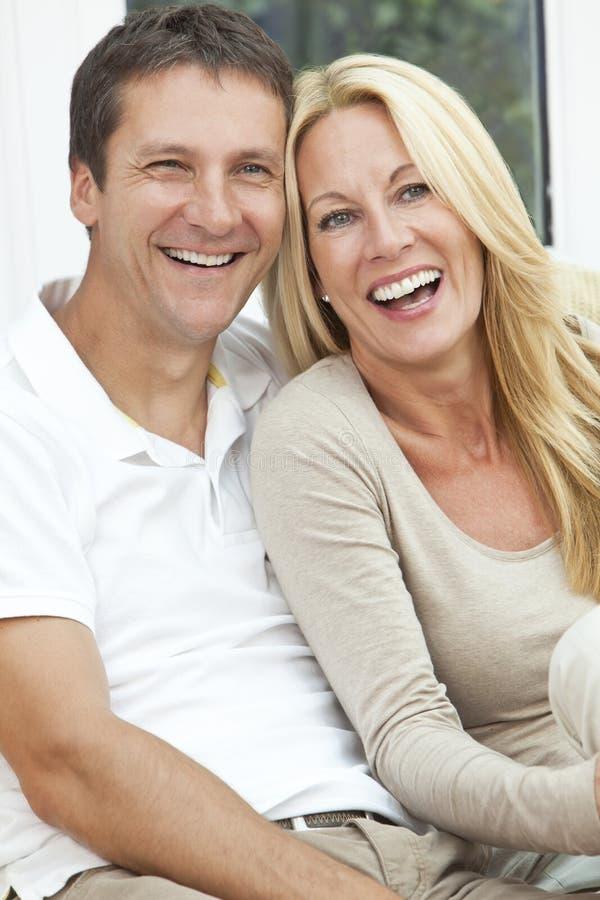 Riso envelhecido médio feliz dos pares do homem e da mulher fotos de stock