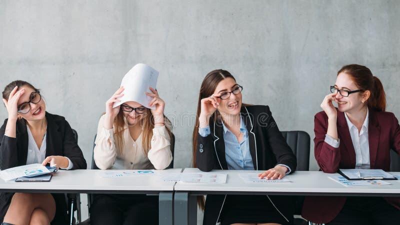 Riso fêmea do comitê incorporado da falha da entrevista imagem de stock