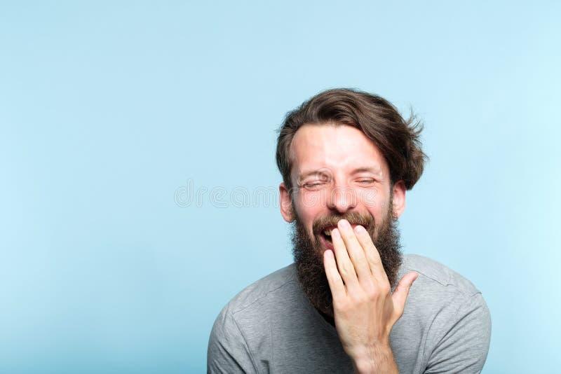 Riso farpado hilariante alegre do homem do lol da emoção foto de stock royalty free