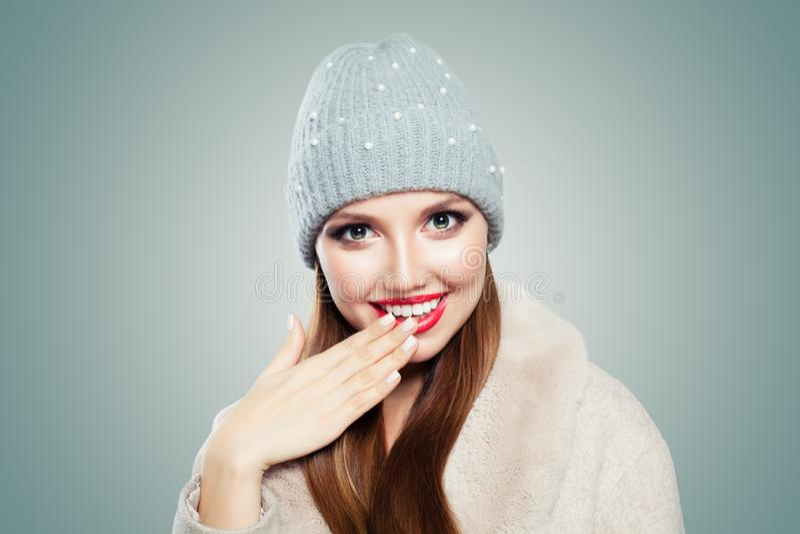 Riso feliz da mulher nova Menina modelo bonita no chapéu cinzento no fundo branco imagens de stock
