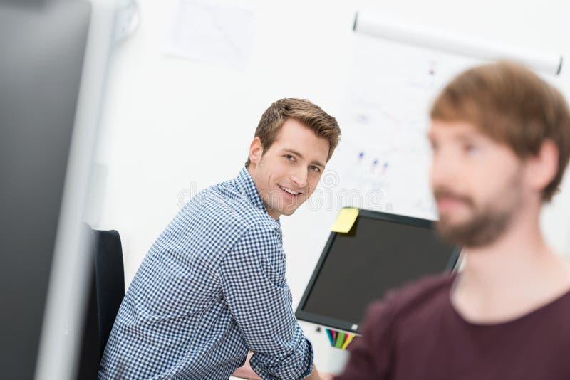Riso feliz do homem de negócios imagem de stock