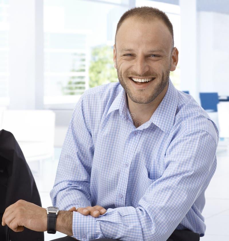 Riso feliz do homem de negócios foto de stock