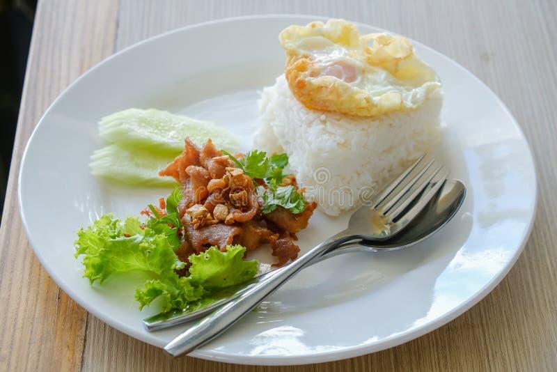 Riso fritto della carne di maiale, aglio, pepe ed uovo immagini stock
