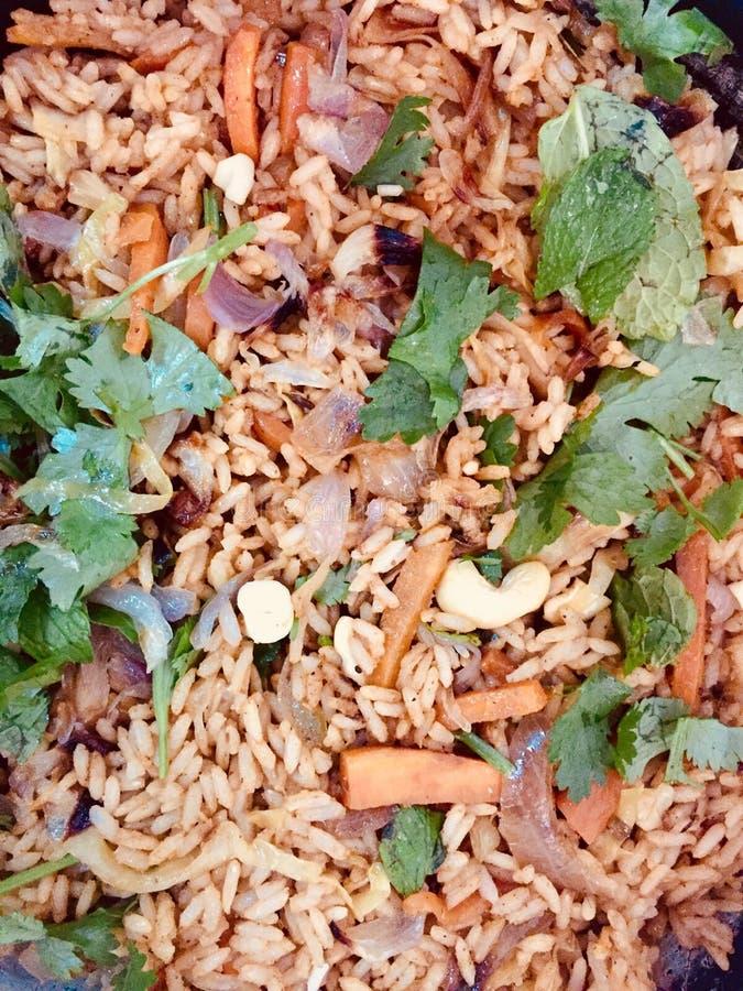 Riso fritto di Veg guarnito con le foglie del coriandolo fotografia stock libera da diritti