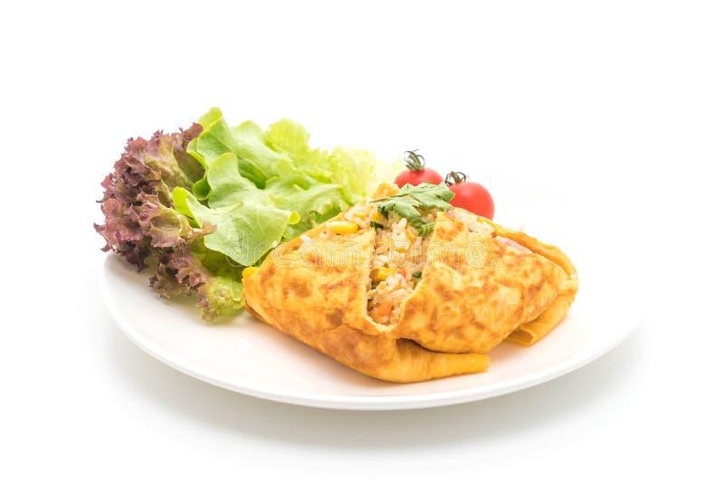 Riso fritto Flavored in uno spostamento dell'omelette fotografia stock libera da diritti