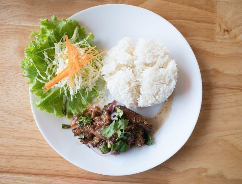 Riso fritto piccante della carne di maiale sulla tavola ( di legno; Tod del MOO di Larb fotografia stock libera da diritti