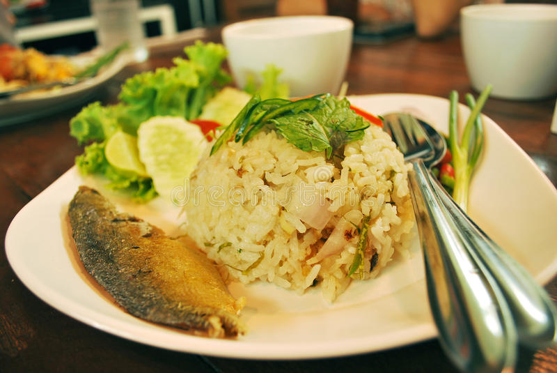 Riso fritto tailandese con lo sgombro fotografia stock