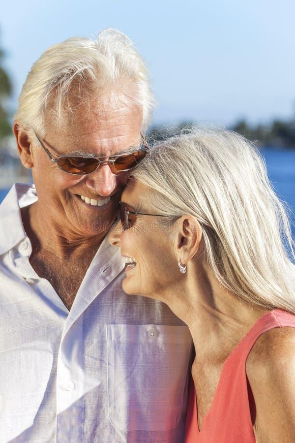 Riso romântico feliz dos pares da mulher do homem superior imagem de stock royalty free
