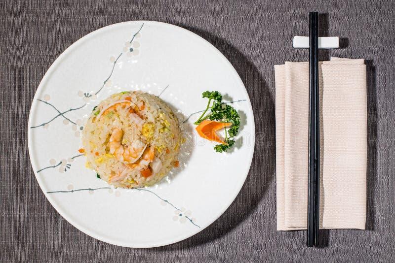 Riso salato con le verdure ed i gamberetti, alimento giapponese immagine stock
