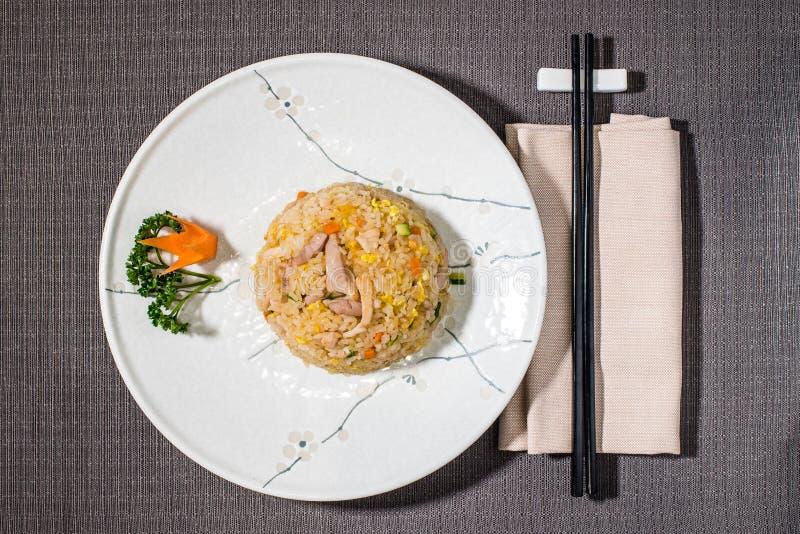 Riso salato con le verdure ed il pollo arrostito fotografia stock
