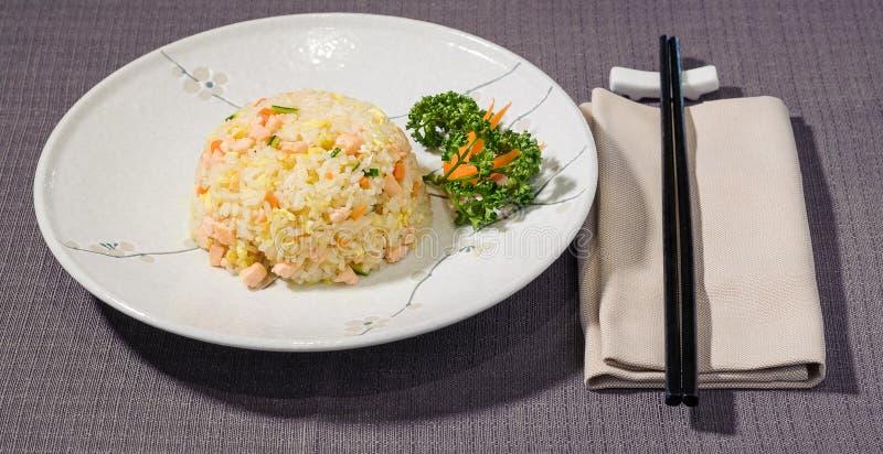 Riso salato con le verdure ed il salmone, cousine giapponese fotografia stock libera da diritti