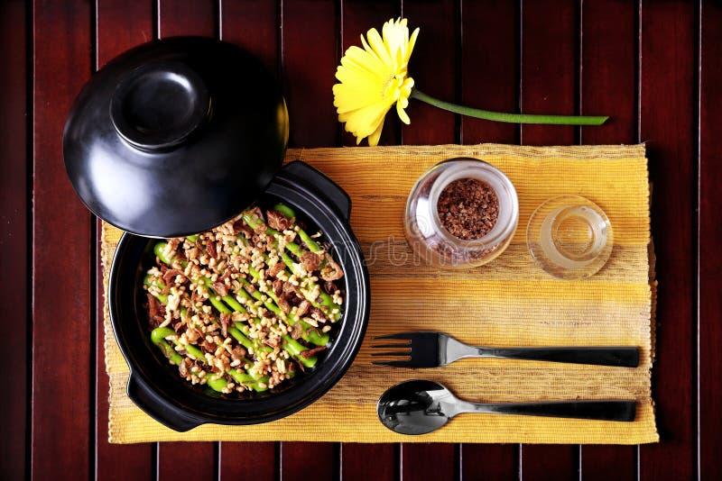 Riso spagnolo del fungo del claypot di cucina immagini stock