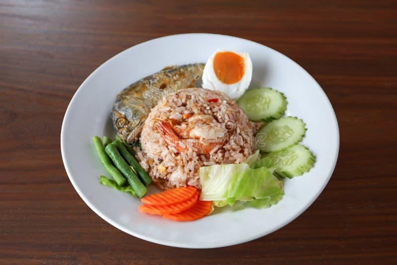 Riso tailandese della salsa della pasta del gamberetto con il pesce fritto immagine stock libera da diritti