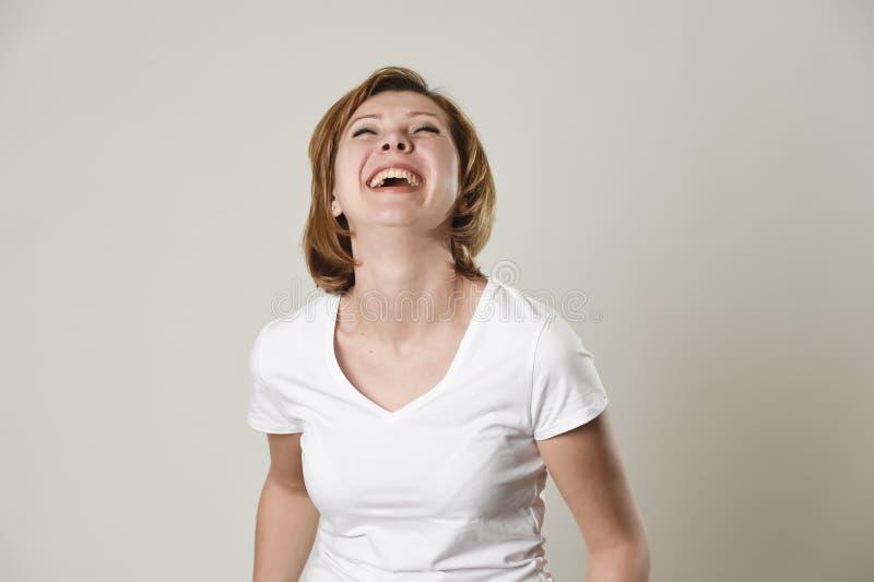 Riso vermelho bonito novo da mulher do cabelo feliz e alegre no sorriso amigável fotografia de stock